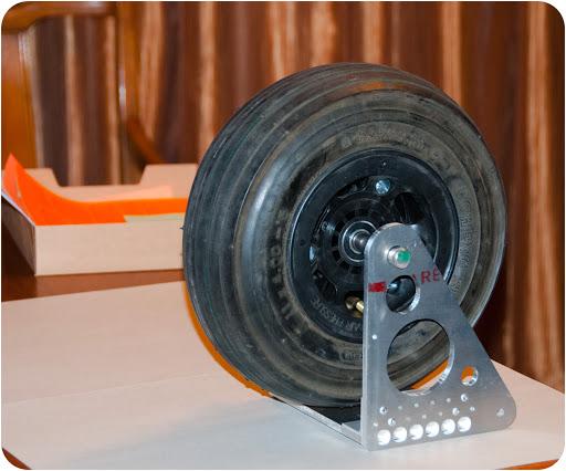 Retract Landing Gear Assembly : Retractable gear assembly for amphibious ultralight float